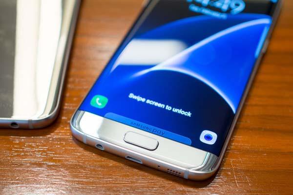 Покупатели Samsung Galaxy S7 и Galaxy S7 edge получат третий смартфон в подарок